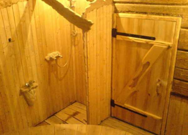 Виды и характеристики стеклянных дверей для бани