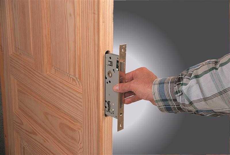 Какие бывают замки и как правильно вставить механизм в межкомнатную дверь?