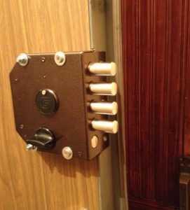Замена замка на металлической двери за несколько простых шагов