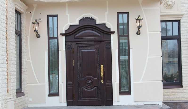 Особенности деревянных уличных входных дверей