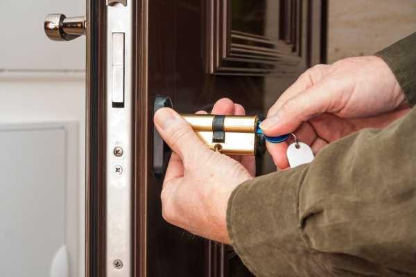 Установка и регулировка дверного доводчика: основные правила и этапы монтажа