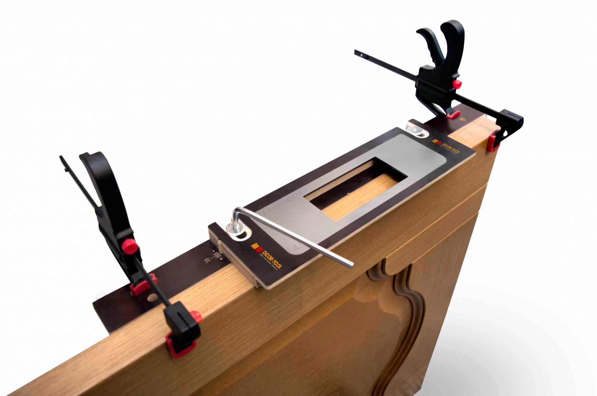Составляющие набора для врезки замков в межкомнатные двери