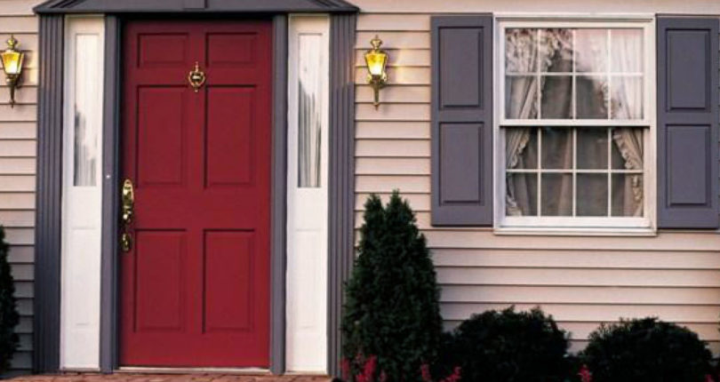 Стоит ли приобретать входную дверь со стеклом для загородного дома?