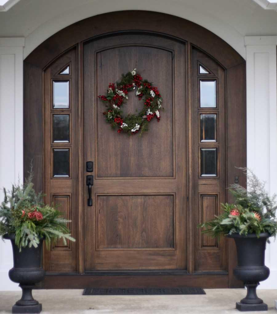 Особенности выбора и монтажа пластиковых входных дверей для частного дома