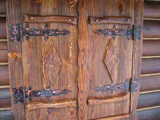 Двери под старину: как искусственно состарить древесину