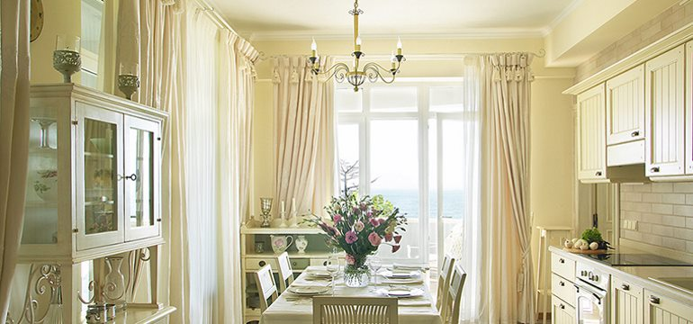 Как выбрать шторы на кухню с выходом на балкон