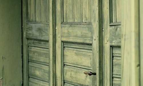 Отделка дверей под старину