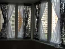 Как выбрать шторы в гостиную с двумя окнами