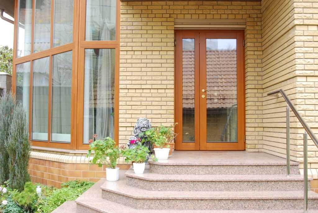 Как выбрать подходящую модель входных пластиковых дверей в частный дом: конструкция, виды, и фото