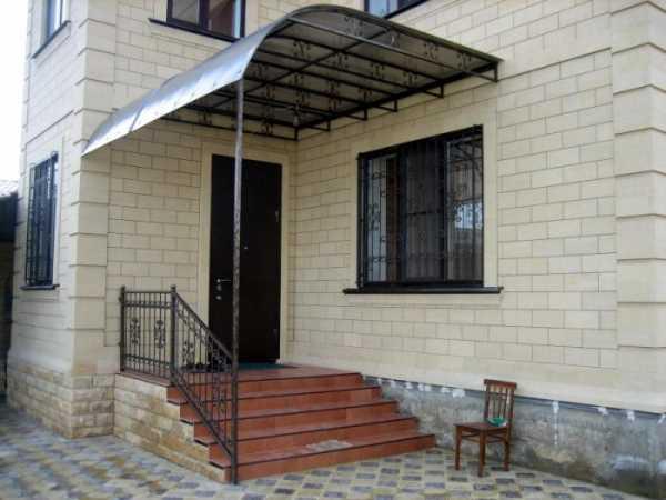 Монтаж козырька из поликарбоната над дверью