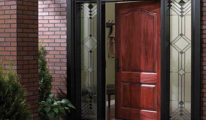 Преимущества использования входных дверей со стеклом