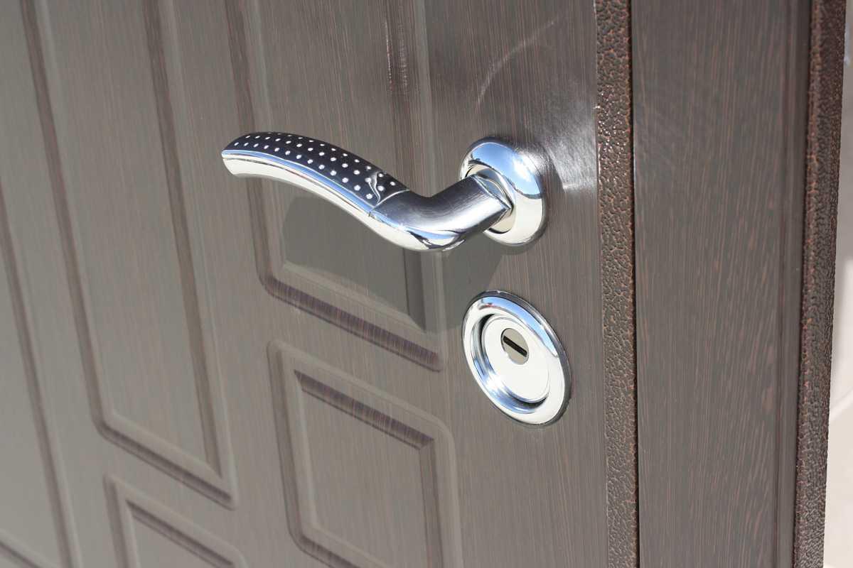 Шпилька, скрепка или как открыть входную дверь без ключа