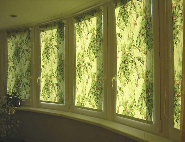 Оформление шторами окна с балконной дверью в спальне или гостиной