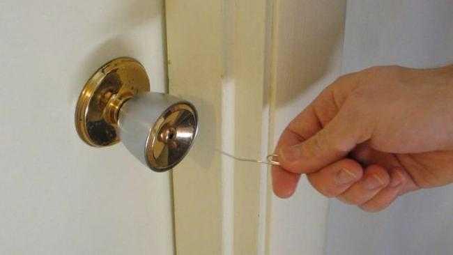 Как открыть дверь, если замок заклинило?