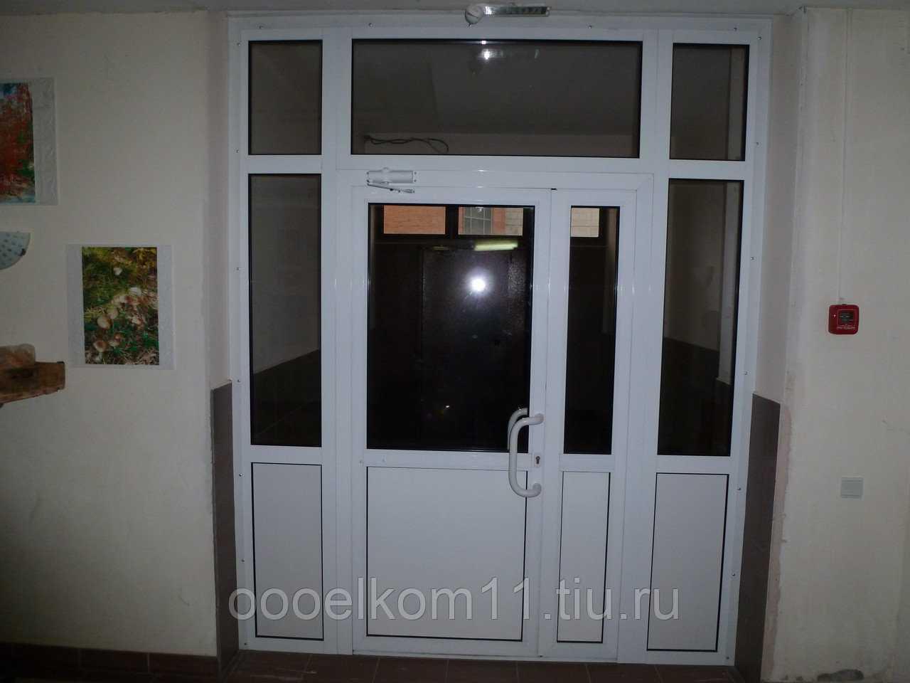 Дверь стеклянная в алюминиевой коробке
