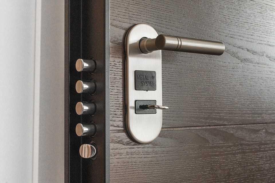 Входные металлические двери: характеристики и монтаж