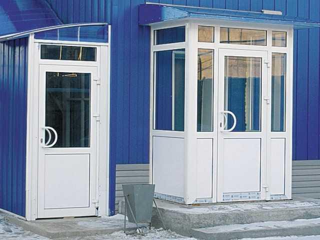 Нюансы использования входных стеклянных дверей для частного дома