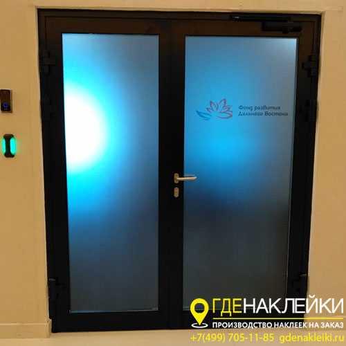 Наклейки на дверь: варианты оформления