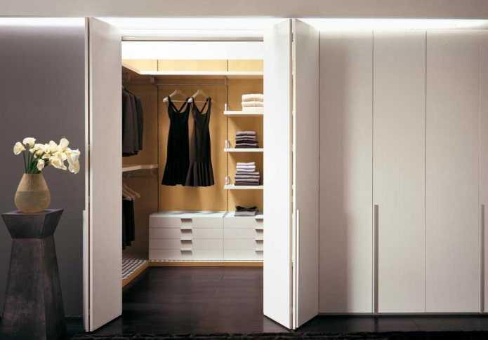 Советы по выбору дизайна и стиля раздвижных дверей в гардеробную