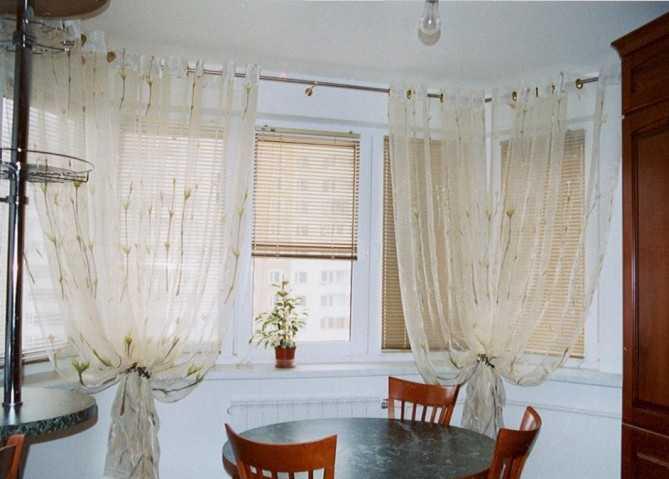 Разновидности оформления окна в зале с балконной дверью в различных стилевых вариантах?