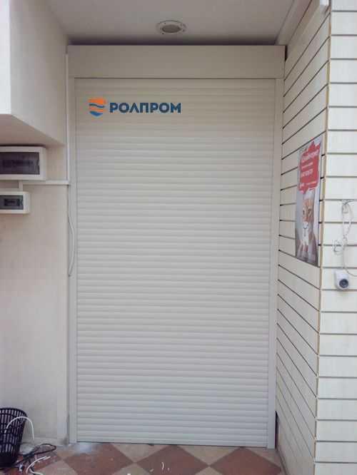 Рольставни в проеме вместо двери: достаточно ли безопасно?
