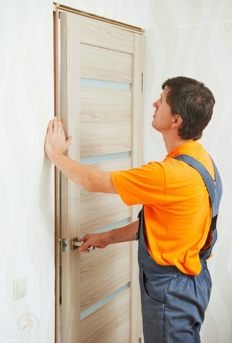 Как установить межкомнатную дверь своими руками: видео, советы и инструкции
