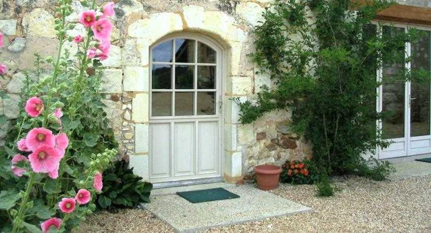 Преимущества входных дверей со стеклом и ковкой