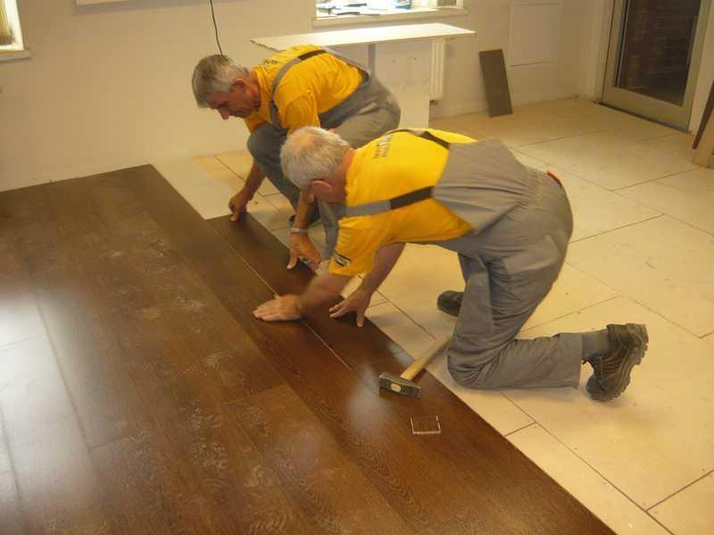 Укладка ламината на неровный пол: как уложить без выравнивания, как положить, допустимый перепад, можно ли класть на деревянный