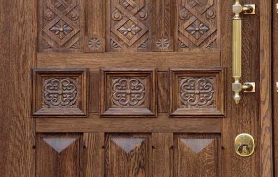 Двери из массива: преимущества и недостатки, разновидности