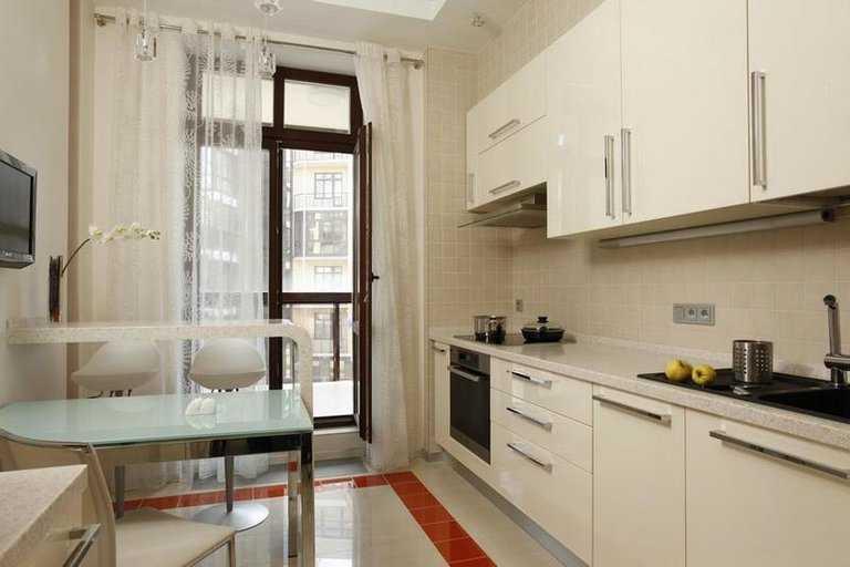 Виды современных штор для кухни с выходом на балкон