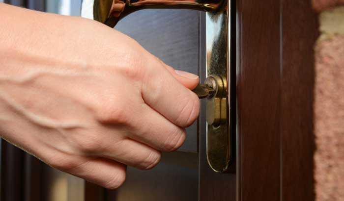 Как открыть замок в двери, если он заел