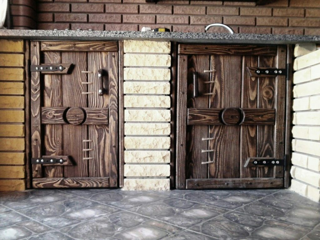 Фото вариантов, как можно задекорировать старую дверь своими руками