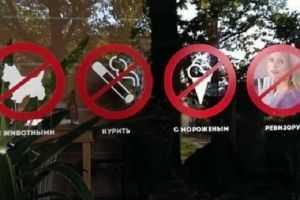 Использование декоративных наклеек на двери