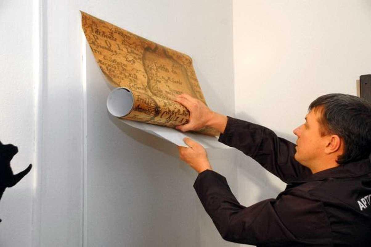 Самоклеющаяся пленка для дверей – как подобрать и приклеить?