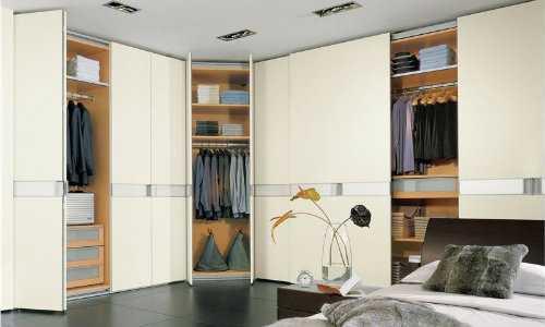 Практичные сдвижные двери для установки в гардеробной