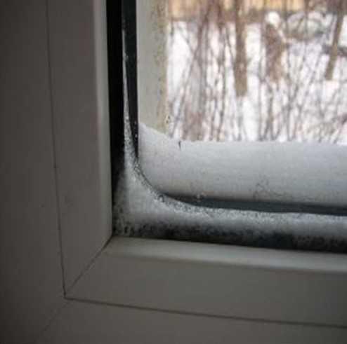 Пластиковое окно замерзает и в квартире и в доме и не закрывается - что делать?
