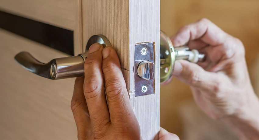 Правила установки ручки в межкомнатную дверь своими руками и советы от экспертов
