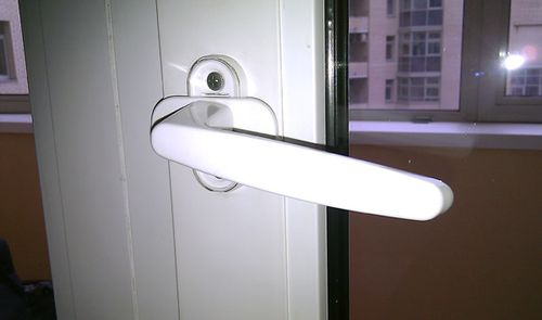 Что делать и как открыть, если заклинило пластиковую дверь