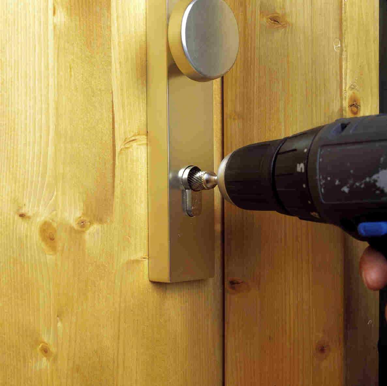 Что делать если заклинило замок в двери