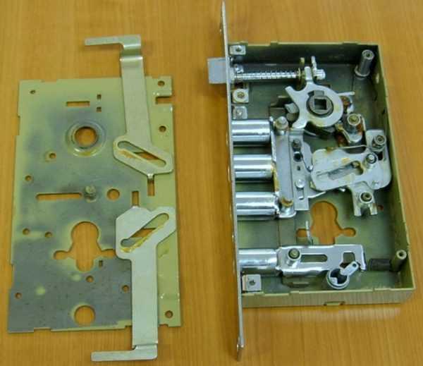 Как можно снять личинку замка входной двери: инструкция