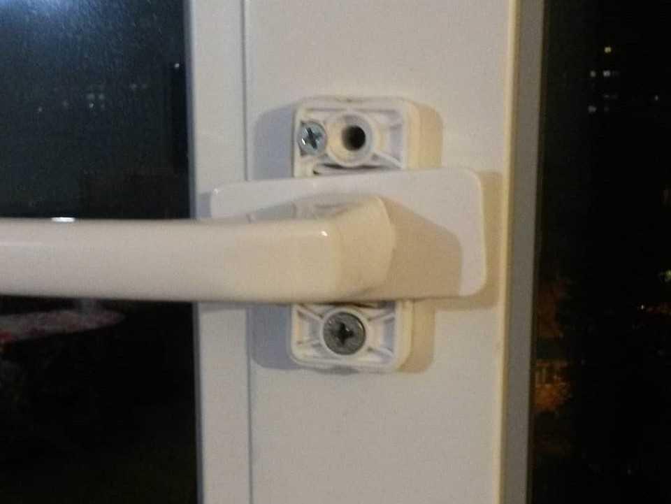Как отрегулировать пластиковую дверь если она провисла