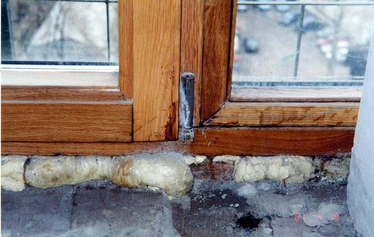 Почему потеют деревянные окна: между рамами, изнутри, что делать, как устранить