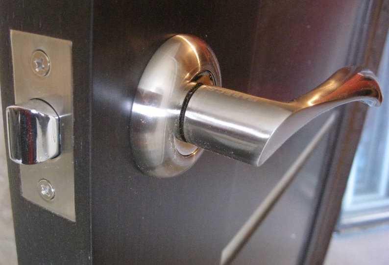 Как снять и разобрать дверную ручку