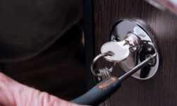 Как поменять без мастера личинку в дверном замке. как открыть дверь, если замок сломан