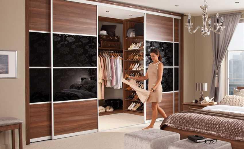 Раздвижные двери для гардеробной: плюсы, минусы, виды