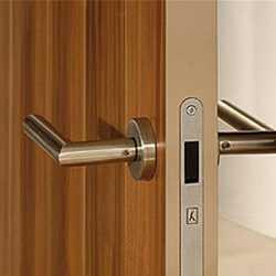 Как установить замки для межкомнатных дверей своими руками