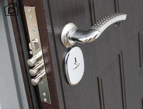 Замена замка на входной металлической двери в видном