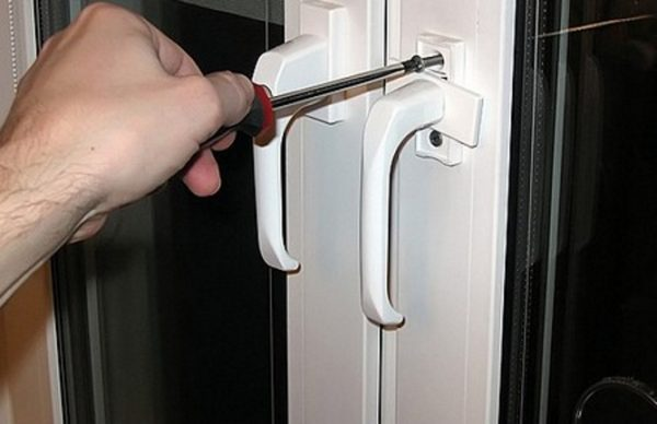 Что делать если пластиковое окно открылось сразу в двух положениях и не закрывается. балконная дверь открывается сразу в двух плоскостях