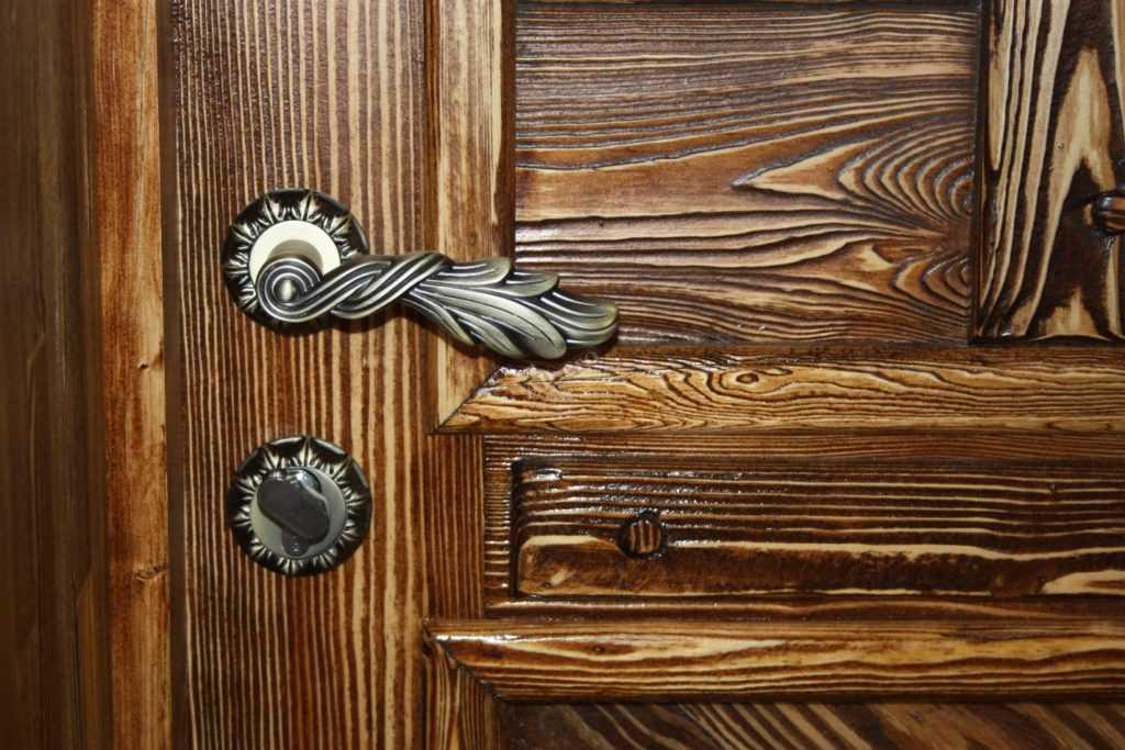 Великовозрастные двери: способы состарить дверное полотно