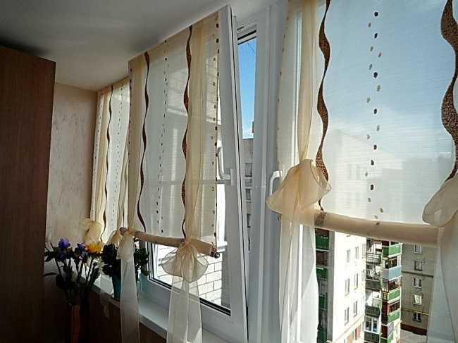 Шторы в спальню с балконом — самые модные новинки на 135 фото!